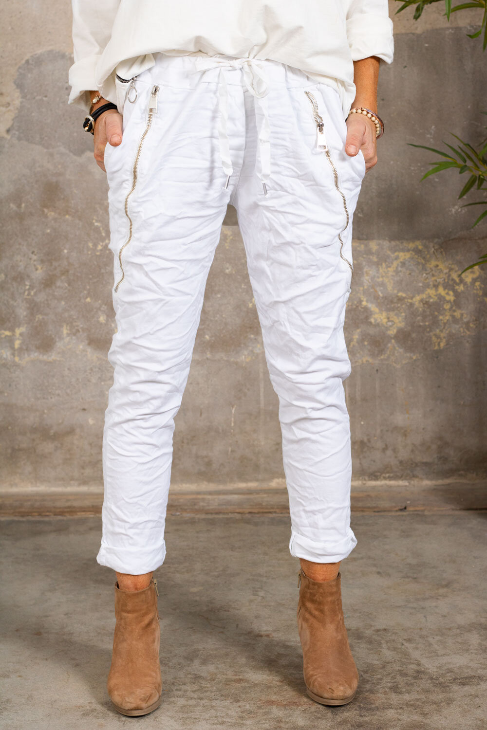 Pants with zippers - White