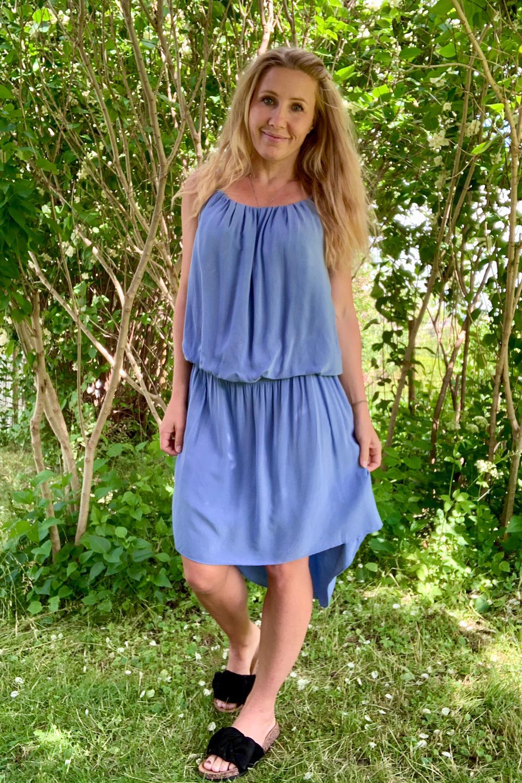 idun-klänning-jeansblå-mobil-ute-2