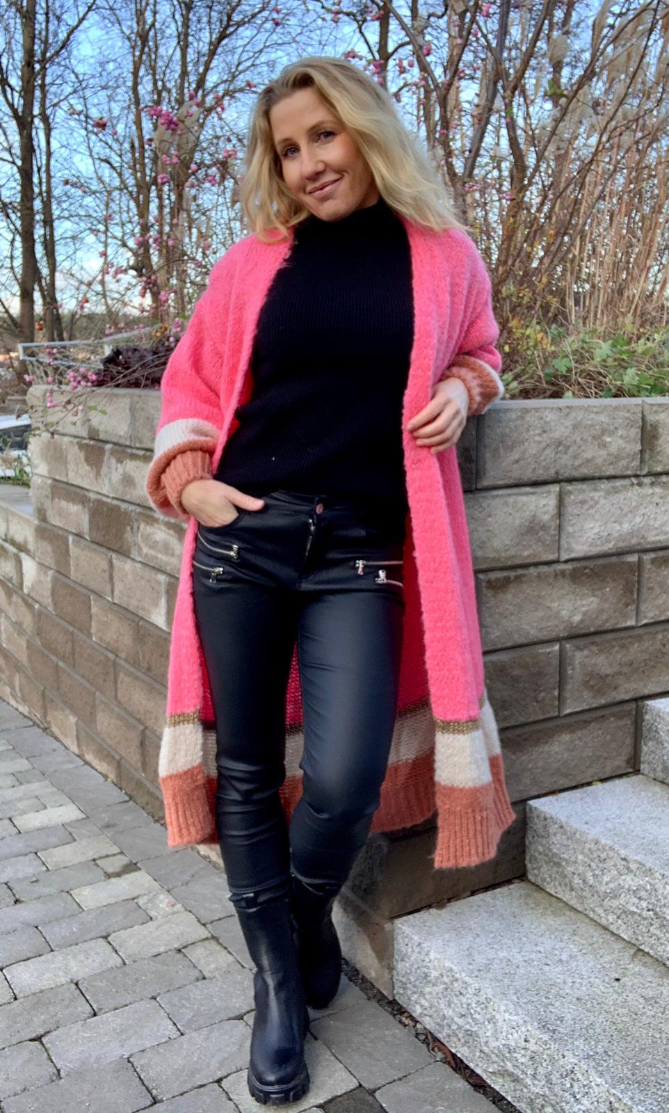 kassandra-stickad-hot-pink