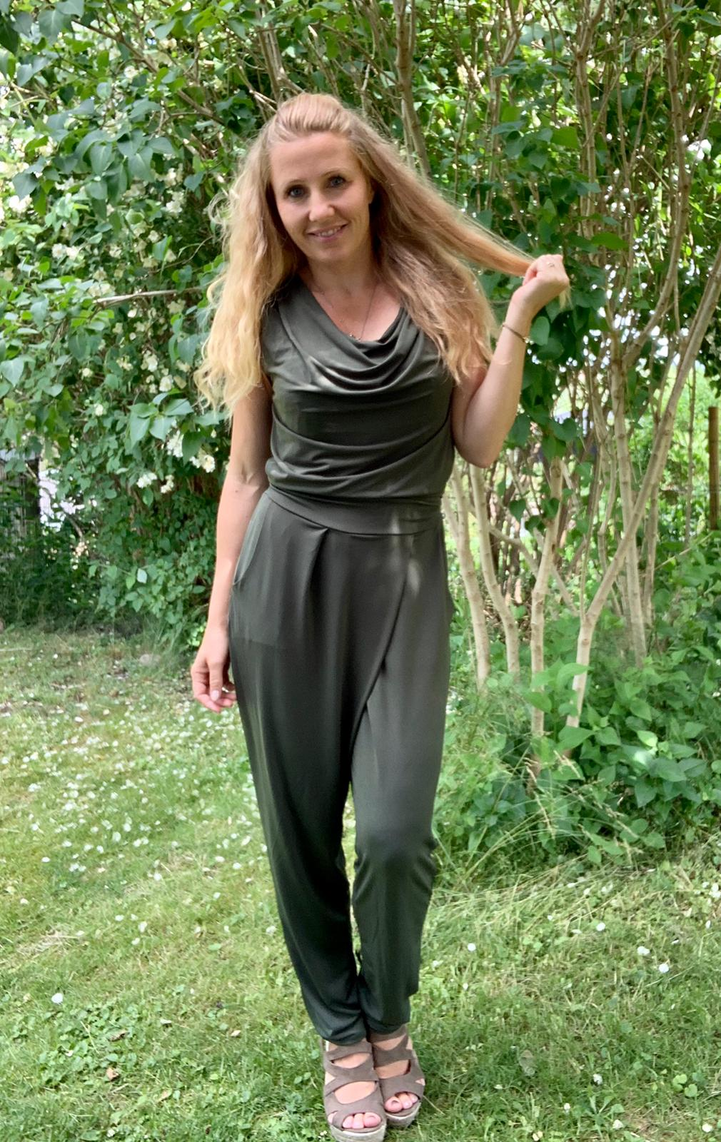 mirabella-jumpsuit-armegrön-mobil-ute